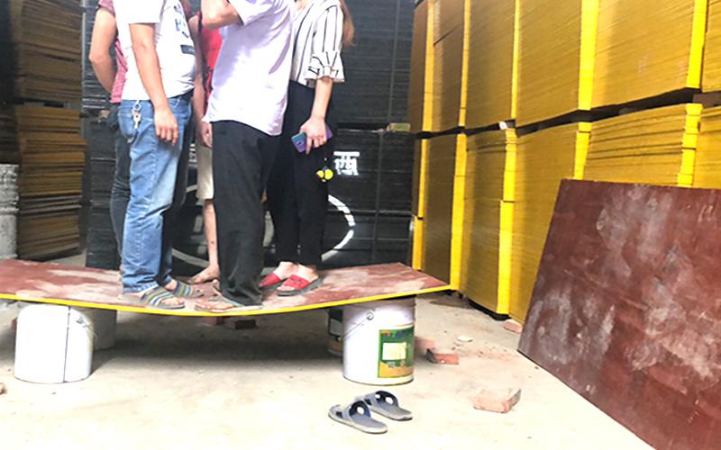踩踏建筑木模板